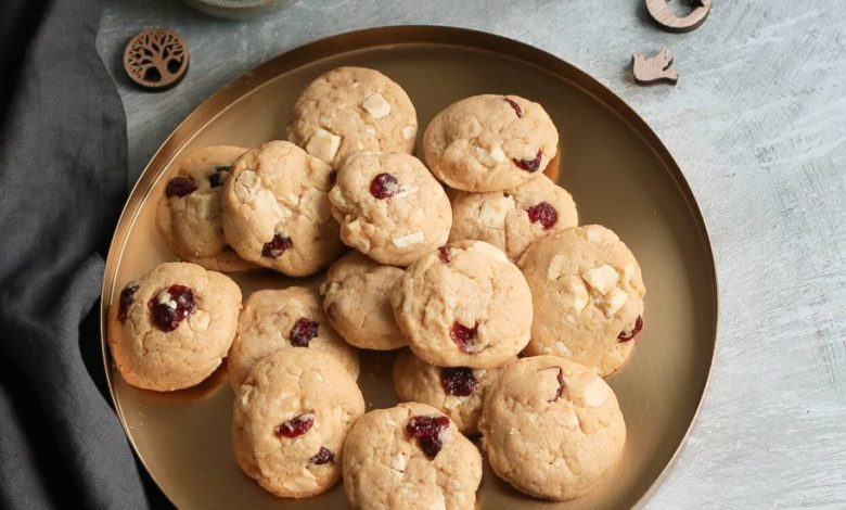 Sausainiai su baltuoju sokoladu ir spanguolemis