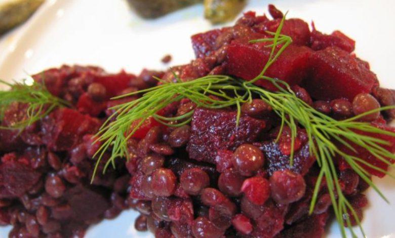 Kūčių receptai: Burokėlių mišrainė su graikiniais riešutais ir džiovintomis slyvomis