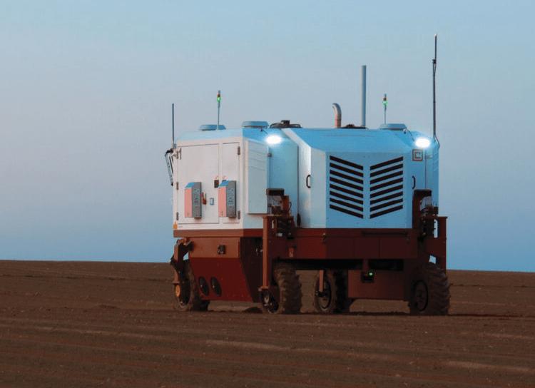 Bepilotis traktorius deginantis piktzoles